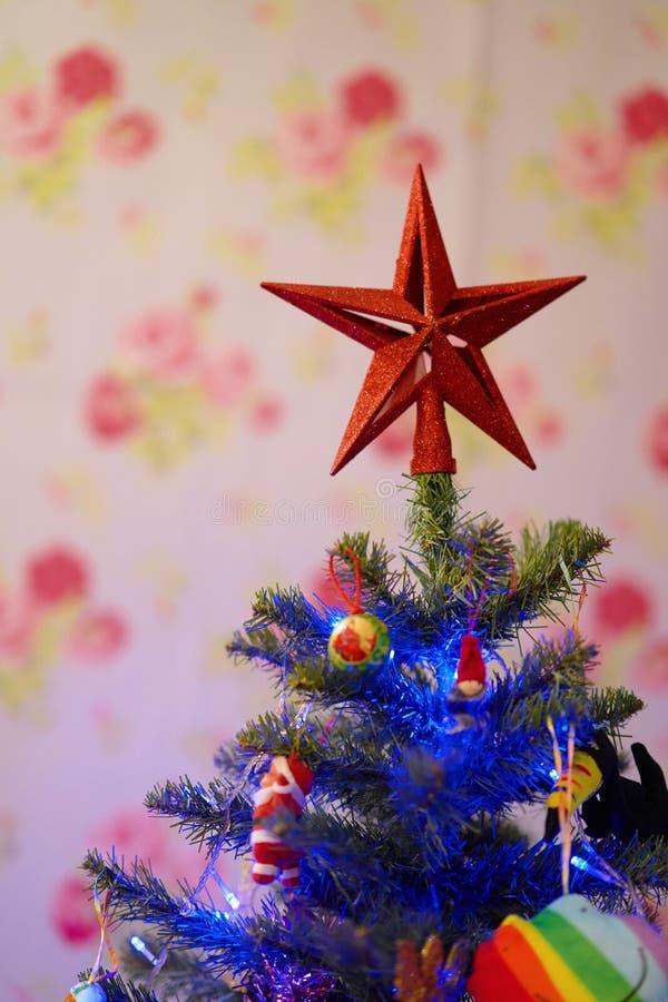 Estrela na parte superior para decorar a árvore de Natal imagens de stock royalty free