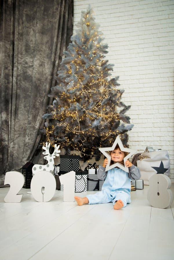 Estrela pequena feliz Ano novo 2018, Natal Bebê engraçado de sorriso da criança de dois anos imagem de stock royalty free
