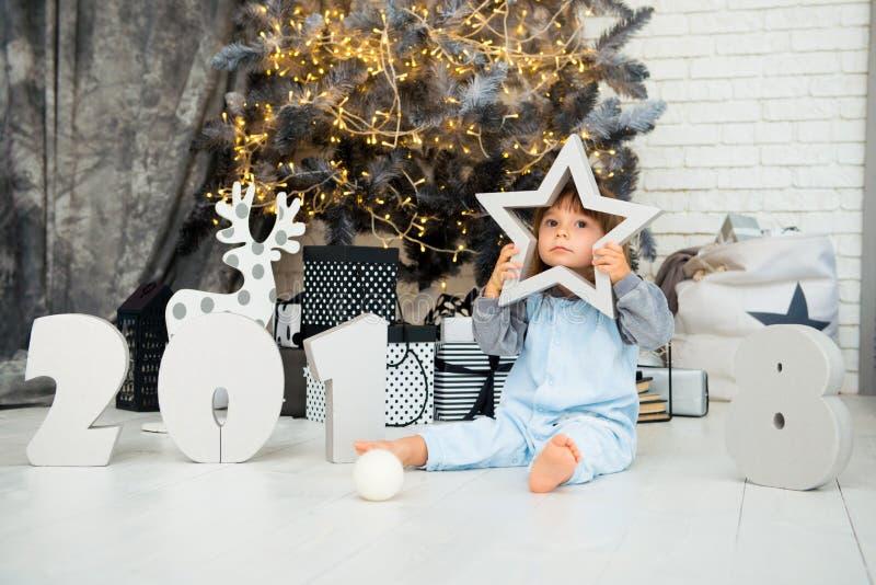 Estrela pequena feliz Ano novo 2018, Natal Bebê engraçado de sorriso da criança de dois anos fotografia de stock