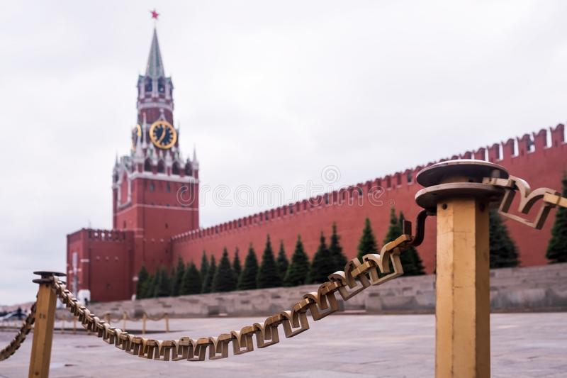 Estrela vermelha do rubi Torre do Kremlin de Moscovo Local do património mundial do Unesco Fundo do céu azul fotos de stock