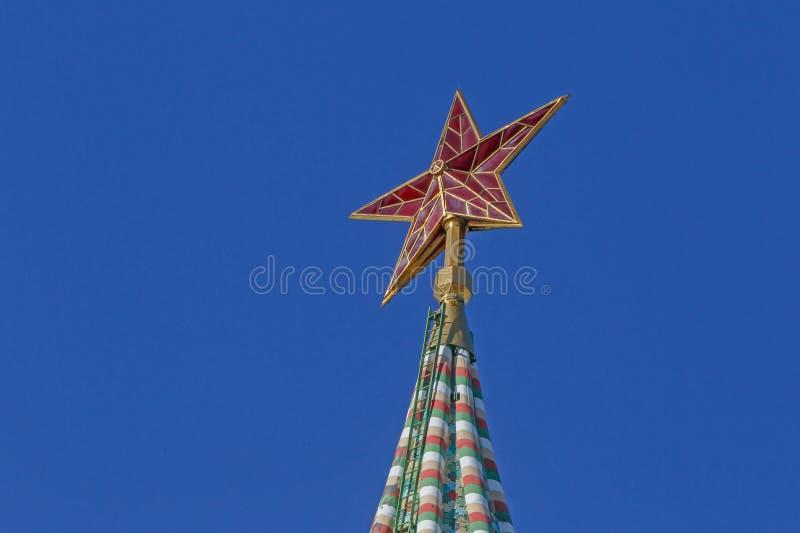 Estrela vermelha na torre de Spasskaya do Kremlin de Moscou fotos de stock royalty free