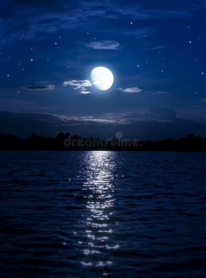Estrelas abstratas da lua do fundo da noite sobre a água
