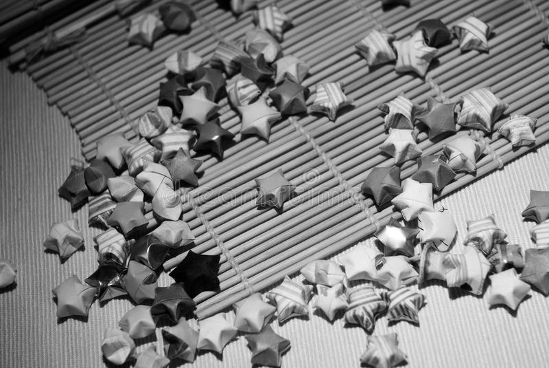 Estrelas afortunadas preto e branco e outras figuras do origâmi foto de stock royalty free