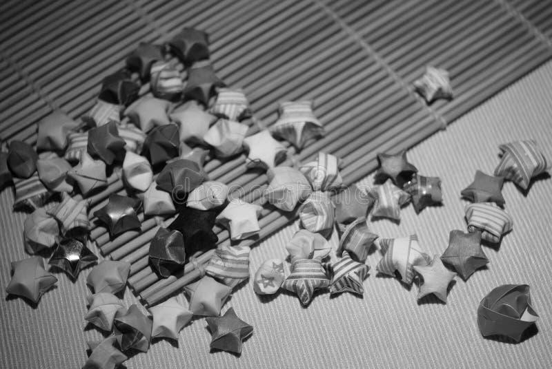 Estrelas afortunadas preto e branco e outras figuras do origâmi foto de stock