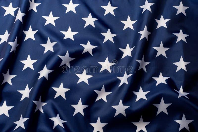 Estrelas belamente de ondulação do fim da bandeira americana acima do fundo imagens de stock royalty free