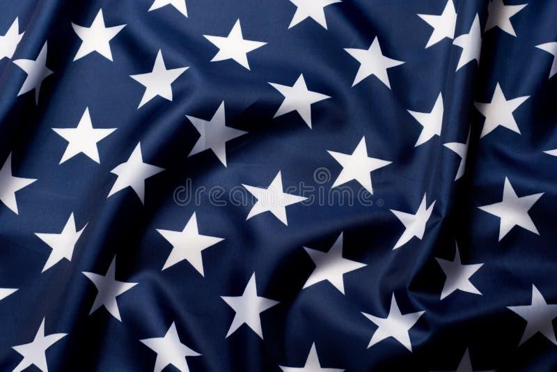Estrelas belamente de ondulação do fim da bandeira americana acima do fundo imagens de stock