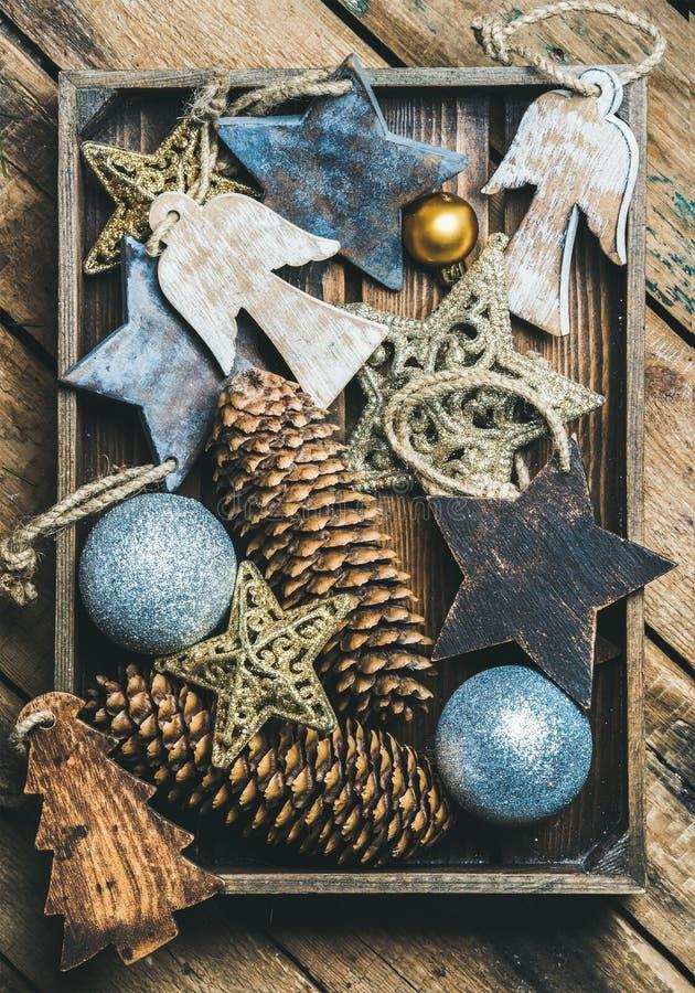 Estrelas, bolas e festão do brinquedo da árvore de Natal na caixa de madeira foto de stock royalty free