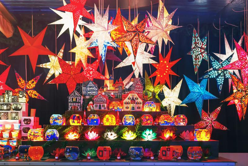 Estrelas coloridas do Natal em um mercado do Natal fotos de stock royalty free