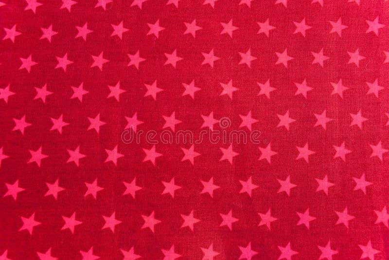Estrelas cor-de-rosa no fundo vermelho foto de stock