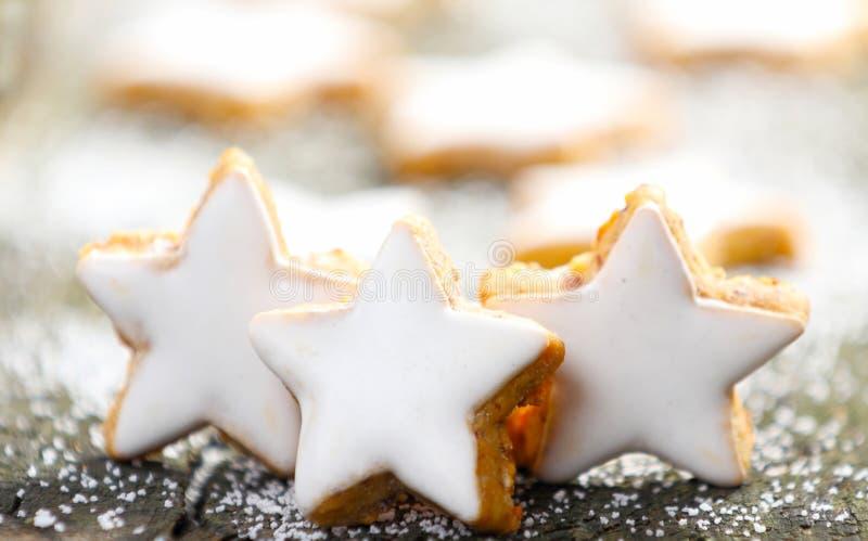 Estrelas da canela com crosta de gelo fotos de stock