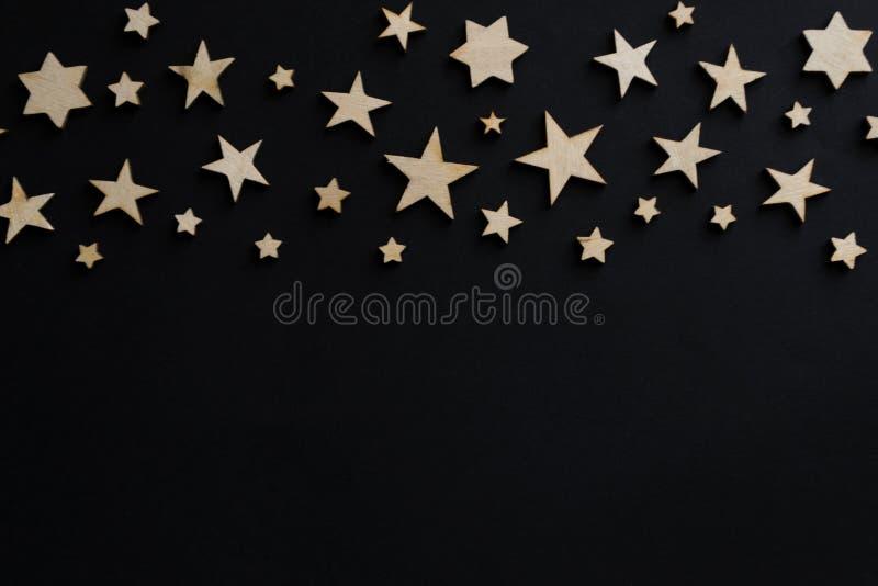 Estrelas de madeira em um fundo preto Placa de giz postcard Conceito do dia do paizinho noite imagem de stock
