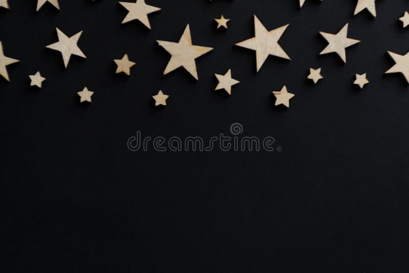 Estrelas de madeira em um fundo preto Placa de giz postcard Conceito do dia do paizinho Dia do ` s dos homens noite astronomia imagens de stock