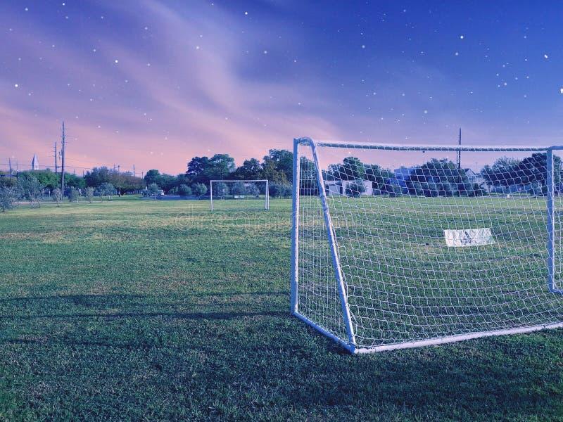 Estrelas do céu do futebol do campo de esportes fotografia de stock