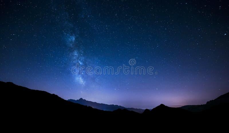 Estrelas do céu noturno com Via Látea no fundo da montanha fotografia de stock royalty free