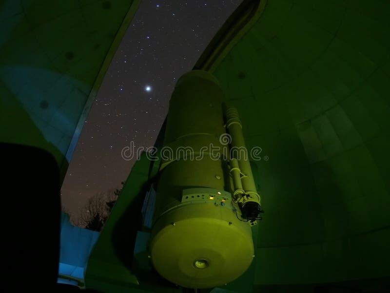 Estrelas do céu noturno e observação do Júpiter sobre o grande telescópio fotos de stock