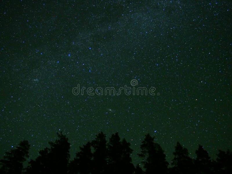 Estrelas do céu noturno, Via Látea, conjunto dobro e galáxia do Andromeda foto de stock