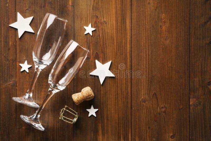 Estrelas do vidro e do wihte do champanhe do ano novo no assoalho de madeira velho foto de stock royalty free