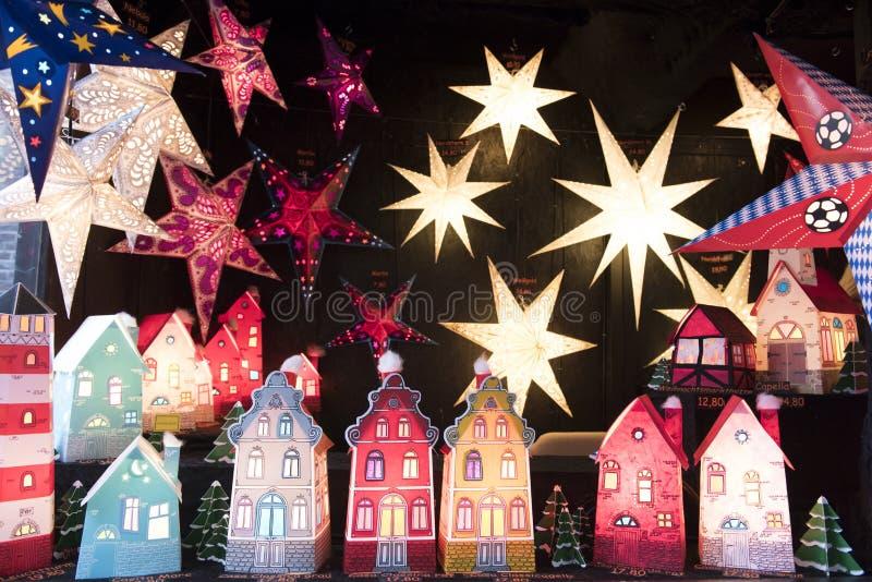 Estrelas e casas iluminadas fotografia de stock royalty free