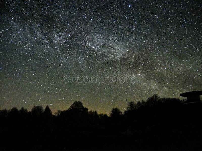 Estrelas e Via Látea do céu noturno observando, constelação de Perseus da torre da vigia fotos de stock