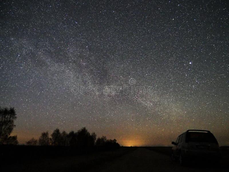 Estrelas e Via L?tea do c?u noturno observando, constela??o de Lyra fotografia de stock royalty free