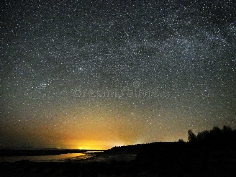 Estrelas e Via L?tea do c?u noturno observando, constela??o de Perseus fotografia de stock