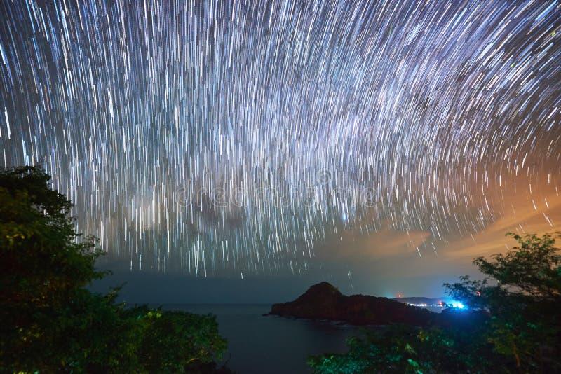 Estrelas que movem-se no céu noturno fotos de stock