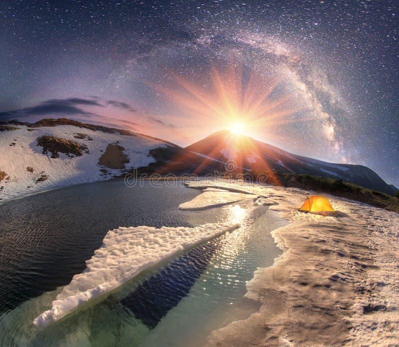 Estrelas sobre o lago Nesamovyte mountain imagens de stock