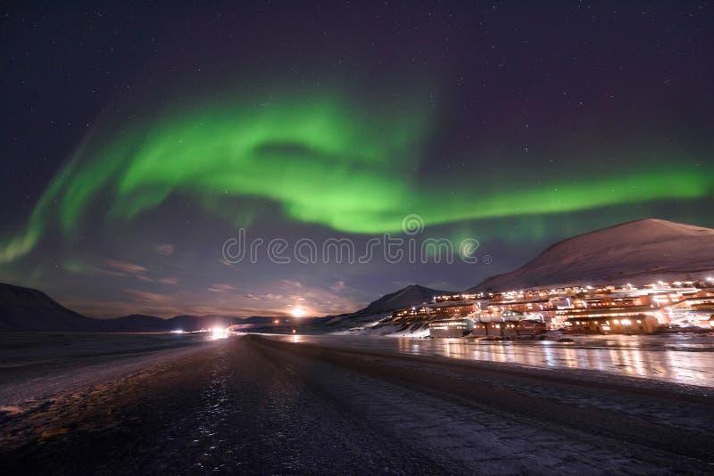 Estrella ártica polar del cielo del aurora borealis de la aurora boreal en Noruega Svalbard en montañas del viaje de la ciudad de fotos de archivo