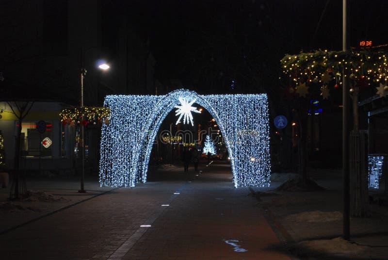 Estrella de la Navidad y puerta de luces imagenes de archivo