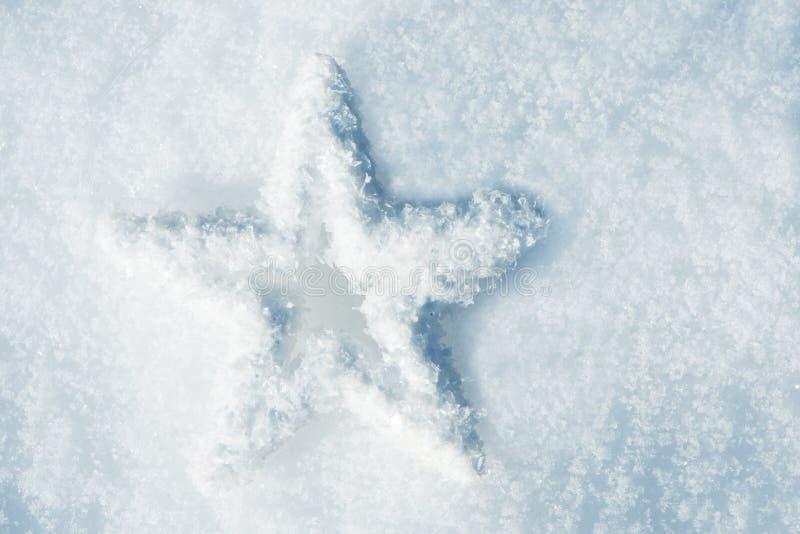 Estrella de la nieve en la nieve foto de archivo