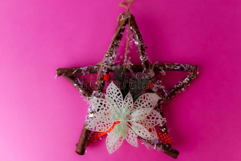 Estrella de madera hermosa decorativa grande de la Navidad, una guirnalda hecho a sí misma del advenimiento de las ramas del abet imagen de archivo