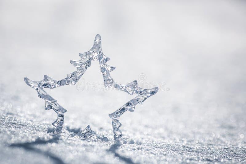 Estrella de plata de la Navidad en nieve fotografía de archivo libre de regalías