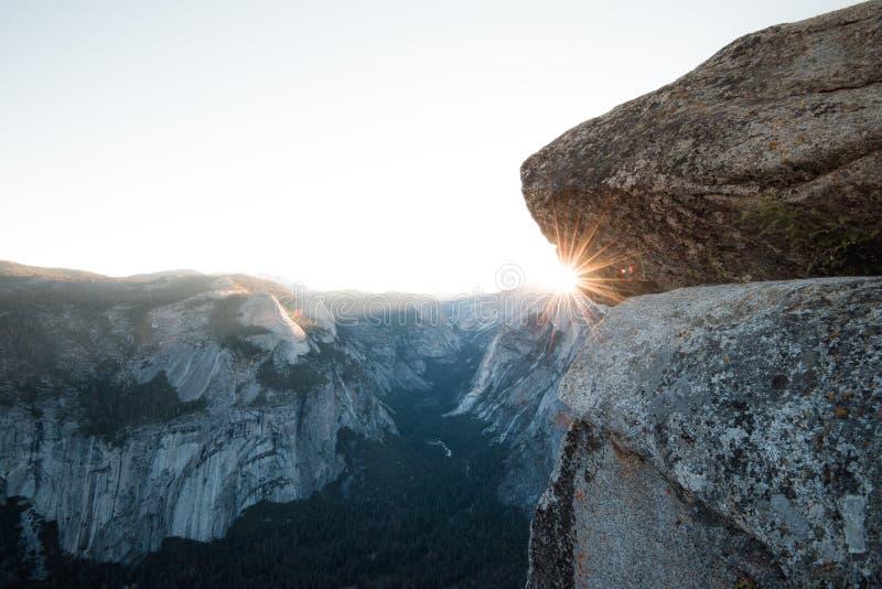 Estrella de Sun sobre la media bóveda Yosemite del punto del glaciar fotos de archivo