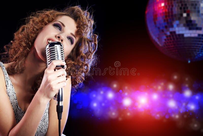 Estrella del rock. Mujer que canta en el mic retro fotos de archivo libres de regalías