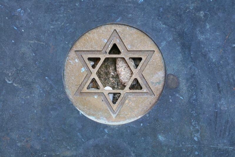 Estrella del símbolo de David Jewish en el cierre de la lápida mortuaria para arriba fotos de archivo