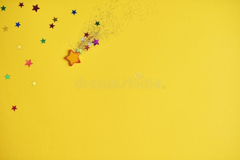Estrella el caer de la Navidad en fondo amarillo Maqueta del diseño foto de archivo libre de regalías