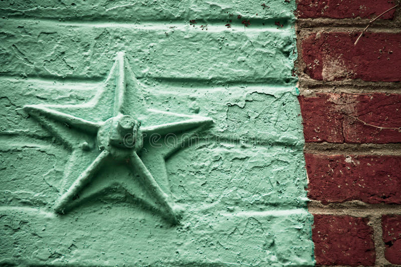 Estrella en la pared de ladrillo imágenes de archivo libres de regalías