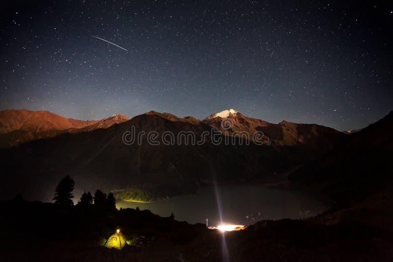 Estrella fugaz en el lago mountain foto de archivo