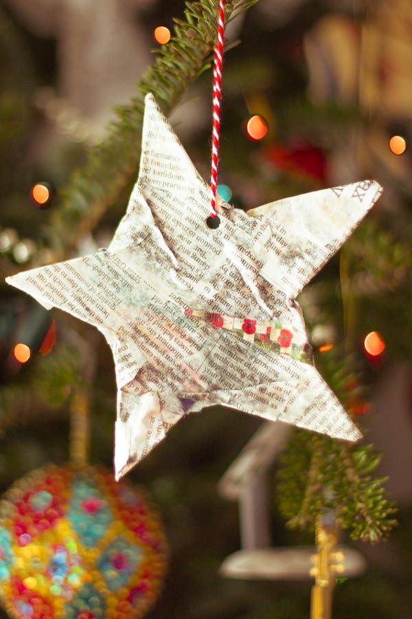 Estrella hecha a mano de la Navidad en un árbol de navidad fotografía de archivo libre de regalías