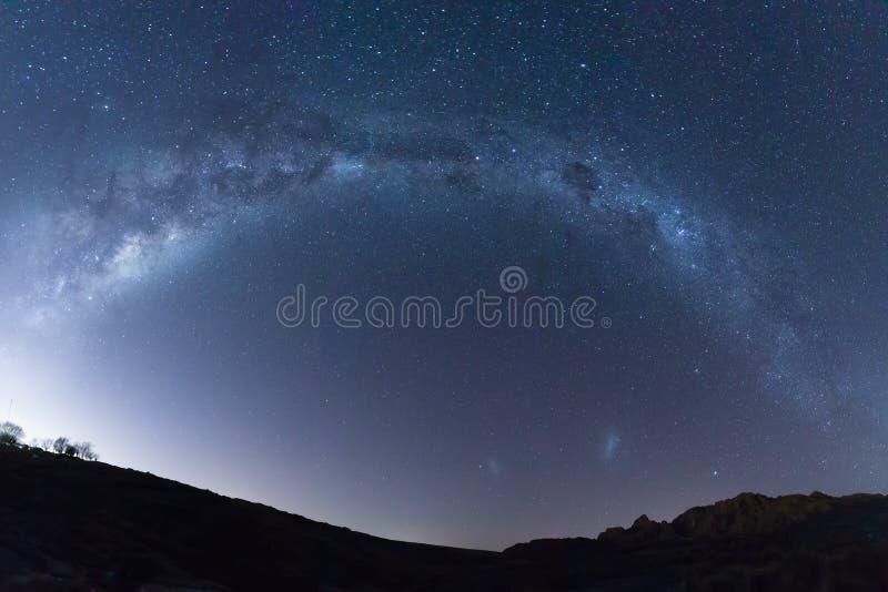 Estrella llena de la galaxia de la vía láctea el en semi-círculo tirada a través de paisaje fotos de archivo