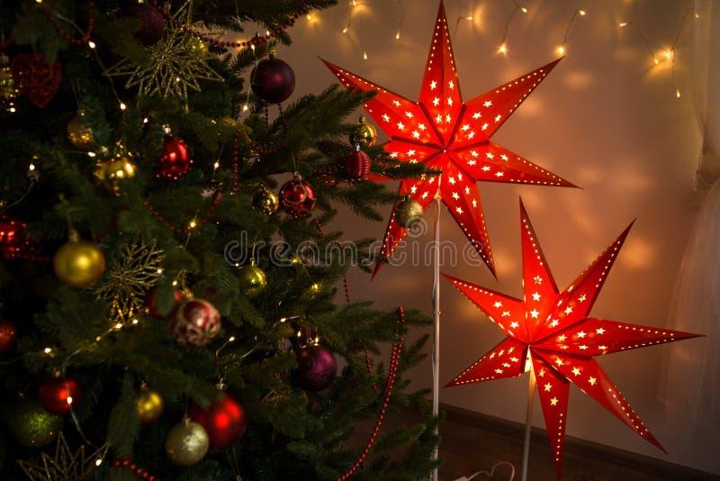 Estrella roja de la Navidad Decoración interior del hogar acogedor de la Navidad fotografía de archivo libre de regalías