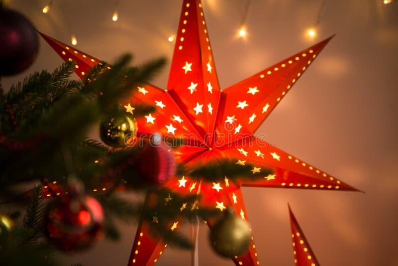 Estrella roja de la Navidad Decoración interior del hogar acogedor de la Navidad imagenes de archivo