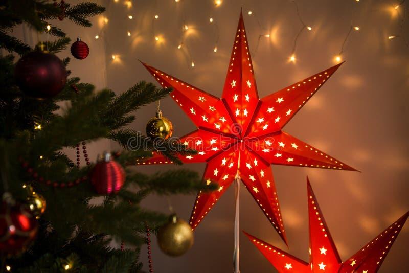 Estrella roja de la Navidad Decoración interior del hogar acogedor de la Navidad imágenes de archivo libres de regalías