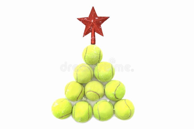 Estrella roja en pelota de tenis en el fondo blanco de la nieve Concepto de la Feliz Navidad y del A?o Nuevo con las pelotas de t imágenes de archivo libres de regalías