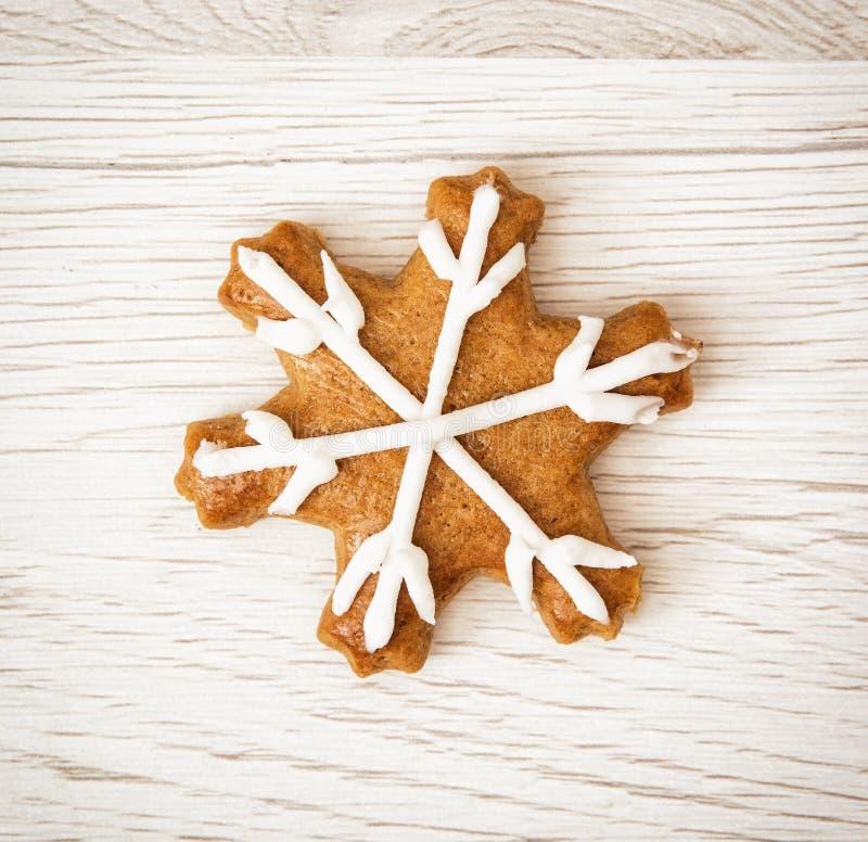 Estrella sabrosa del pan de jengibre, fondo de madera imagen de archivo libre de regalías