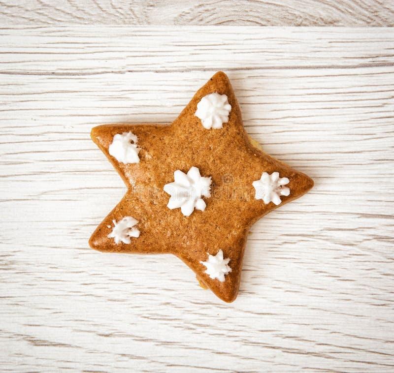 Estrella sabrosa del pan de jengibre, tema de la Navidad, fondo de madera fotos de archivo libres de regalías