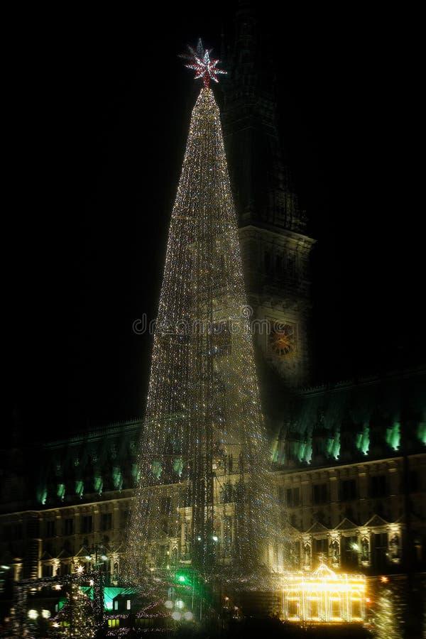 Estrella vieja del árbol de navidad de las casas del día de fiesta de la ventana de la casa de la ciudad de Hamburgo imagen de archivo