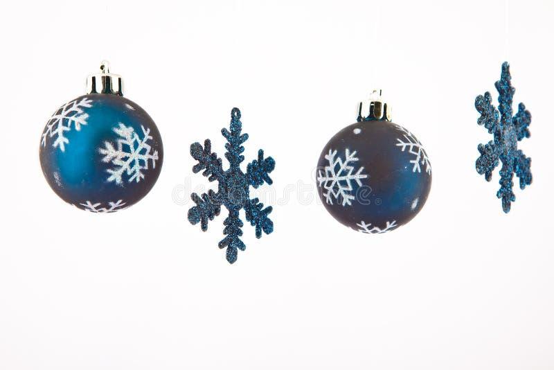 Estrellas azules con las bolas de la Navidad imagen de archivo