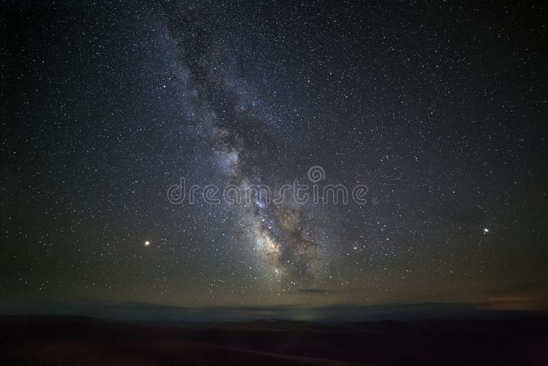 Estrellas brillantes de la vía láctea en el cielo nocturno imagenes de archivo