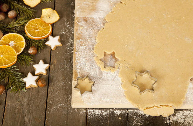 Estrellas cortadas de las galletas de la Navidad fotos de archivo